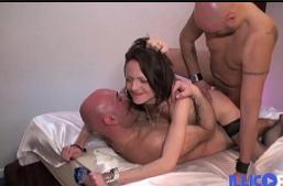 Casada magrinha fazendo dupla penetração no sexo grupal amador