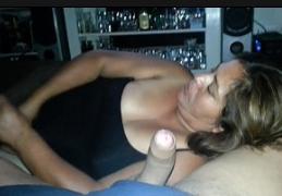 Garoto pintudo colocando a tia tarada para dar uma mamada
