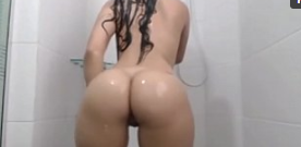 Gostosa pelada no banheiro dançando funk nua