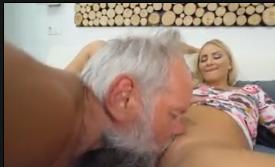 Porno amador real do vovô comendo netinha loirinha