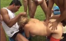 Sexo grupal metendo no cu e na xoxota da coroa depravada