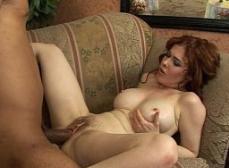 Filmando a mae gozando com a pica na bucetinha cabeluda