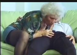 Filmando mulheres velhas transando no sofá