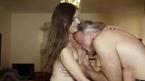 Filme caseiro do homem velho chupando peito da menina