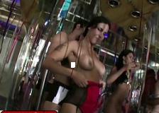 Flagrando a mulher gostosa no carnaval trepando adoidado