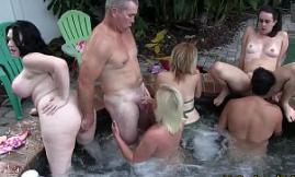 Homens velhos fazendo suruba com novinhas garotas selvagens