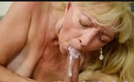 Macho pervertido comendo a velha fogosa