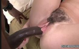 Negão socando toda a pica na vagina arrombada da coroa