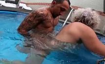 Porno online da mulher velha dando a buceta na piscina
