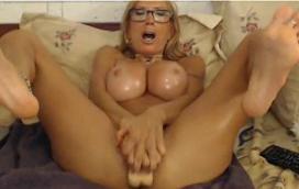 Vídeo de sexo da loira peituda na webcam se divertindo