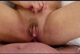 Safada do grelo grande gozando dando o cu