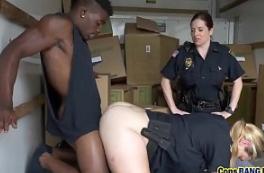Negão sortudo comendo a policial e a amiga nua