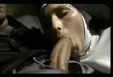 Filmando primeiro boquete da freira gostosa