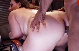 Negão arrombando a gordinha de 4 no blacked porno
