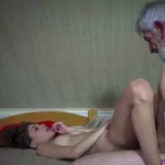 Putaria amadora do homem velho chupando novinha