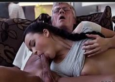 Novinha mamando muito o velho punheteiro