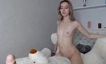 Novinha rebolando num consolo no livecam sexlog