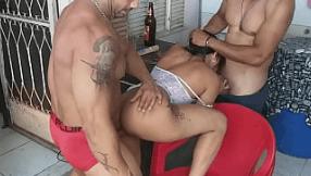 Dois machos fodendo uma gostosas na web
